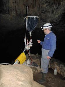 Autor: B. Musílek (na snímku J. Mareš) Lokalita: Ochozská jeskyně - skapové místo C