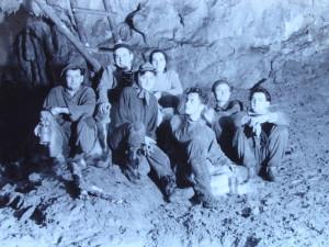 Skupina v Zadní kapli Ochozské jeskyně. Jan Hynšt druhý zprava (cca 1958)
