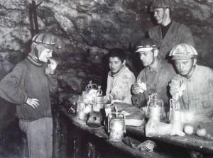 Chvilka odpoèinku u stolu v Hlavních dómech Ochozské jeskynì, zleva Zdenka Himmelová, . .........., Josef Havel, Hugo Havel, Pavel Glozar. Foto JH , øíjen 1964