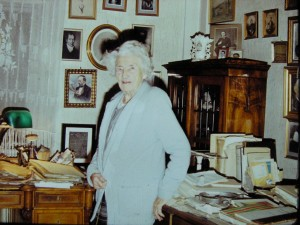 Paní V. Absolonová v pracovnì prof Absolona v bytì na Všetièkové ulici v Brnì Foto: Jan Himmel (JH)