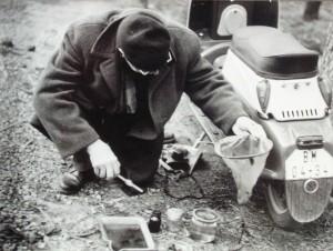 prof.dr. Bruna Valoušek pøi sbìru z jihomoravské periodické jarní tùòì u Podivína 1963