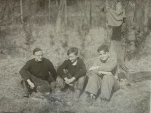 Sušení na jarním slunci po akci v Ochozské jeskyni. Z leva: Jan Himmel, Emanuel Grepl, Vladimír Vašek, 30.bøezna 1956